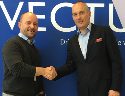 Christian Granlund (links), CEO bei Vectura AS, und Andy Blandford, Senior Vice President & Managing Director Dematic Northern Europe, freuen sich auf die Zusammenarbeit