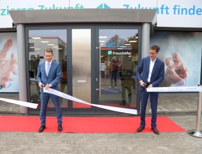 """Schweinfurts Oberbürgermeister Sebastian Remelé (links im Bild) und Professor Frank Döpper bei der symbolischen Einweihung des """"KI-noW"""" Gebäudes"""