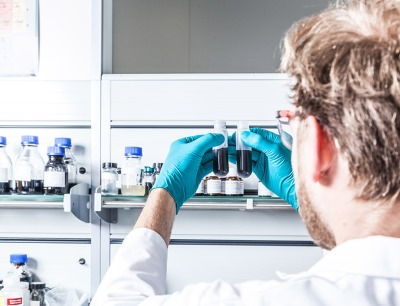 Ein Labormitarbeiter vergleicht die Dispersionen