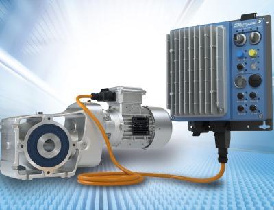 Dieser Logidrive-Antrieb besteht aus einem zweistufigen Kegelradgetriebe, einem IE4-Synchronmotor und einem Nordac Link Feldverteiler