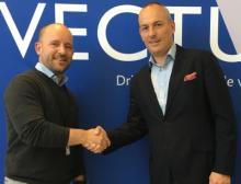 Christian Granlund (links), CEO bei Vectura AS, und Andy Blandford, Senior Vice President & Managing Director Dematic Northern Europe, freuen sich auf die Zusammenarbeit