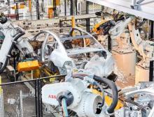 Roboter schweißen Autokarosserien in der Automobilindustrie
