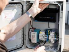 Die Polycarbonat-Wandschaltschränke Arca IEC schützen bspw. moderne Funk-Kommunikationstechnik selbst in besonders rauem Industrieumfeld