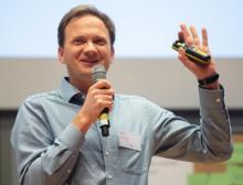 """Felix Georg Müller konnte mit seinem Pitch im Finale der Startup Challenge des Wettbewerbs """"Fabrik des Jahres"""" überzeugen"""