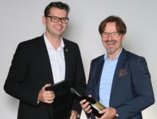 Ein Grund zum Feiern: Frank Hägele und Geschäftsführer Jürgen Schrödel freuen sich über 20 erfolgreiche Jahre Copa-Data Deutschland