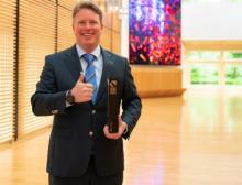 """Ralf Klein, Geschäftsführer Harting Electronics, freut sich über den German Innovation Award 2021 für das """"har-modular"""" System"""