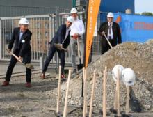 Der symbolische erste Spatenstich für das neue Logistikzentrum von Ifm in Tettnang