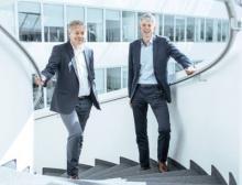 Michael Otto (links) und Frank Strecker haben in Augsburg eine gemeinsame Vereinbarung unterzeichnet