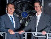 Die Vorstände (v.r.n.l.): Dr. Michael Gordon (Motorwerk,) und Peter Fenkl (Ziehl-Abegg) im denkmalgeschützten Gebäude die Ventilatoren